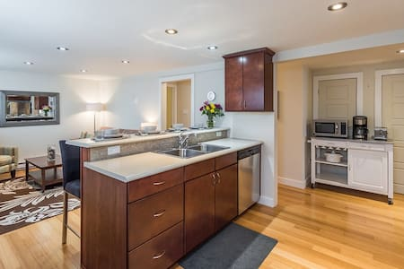 Downtown Garden Suite Apartment
