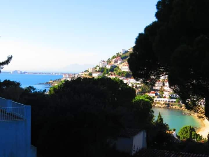 PAS. Apartment with private parking space and view of the small Bay of Canyelle