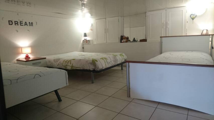 Espace nuit bas de plafond: 1m55 avec :  -TV -1 lit 1 lit 140  -2 lits 90