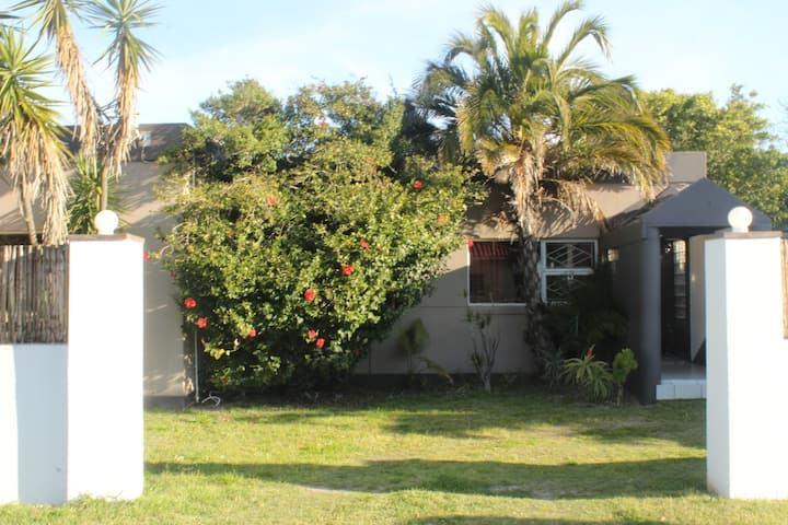 modern furnished studio 15 min from Cape Town