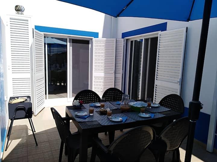 casa com patio interior e garagem,perto da praia