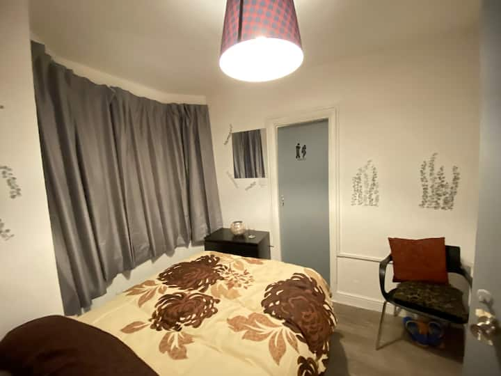 A warm & cosy Ensuite in a clean shared flat.
