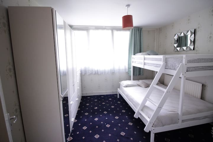 (LYS-B) PRIVATE ROOM FOR 3 NEAR BRICK LANE - London - Apartment