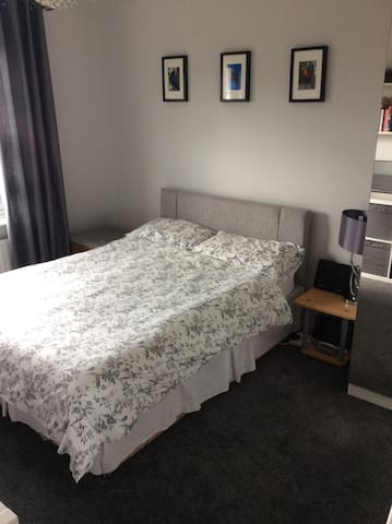 Double Room close to Friern Manor - Basildon - Huis