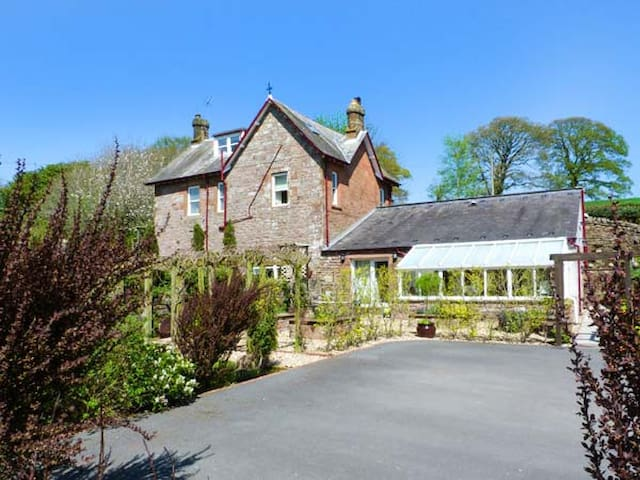 NORTH LODGE, pet friendly, with open fire in Annan, Ref 937510