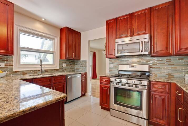 2 Private bedroom, Full Kitchen, Free Parking