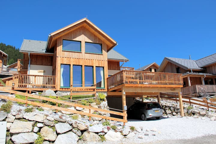 Luxurious Chalet in Hohentauern with Jacuzzi near Lake