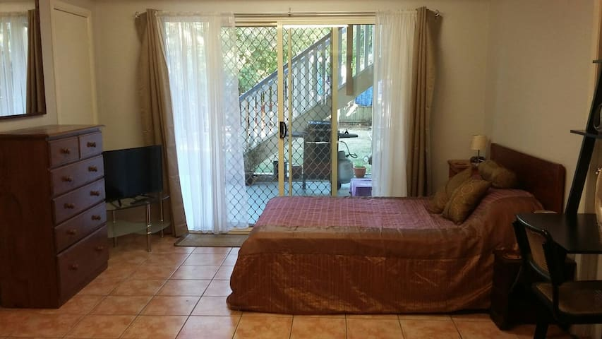 Large room - own ensuite, kitchenette & entrance - Deagon - Casa