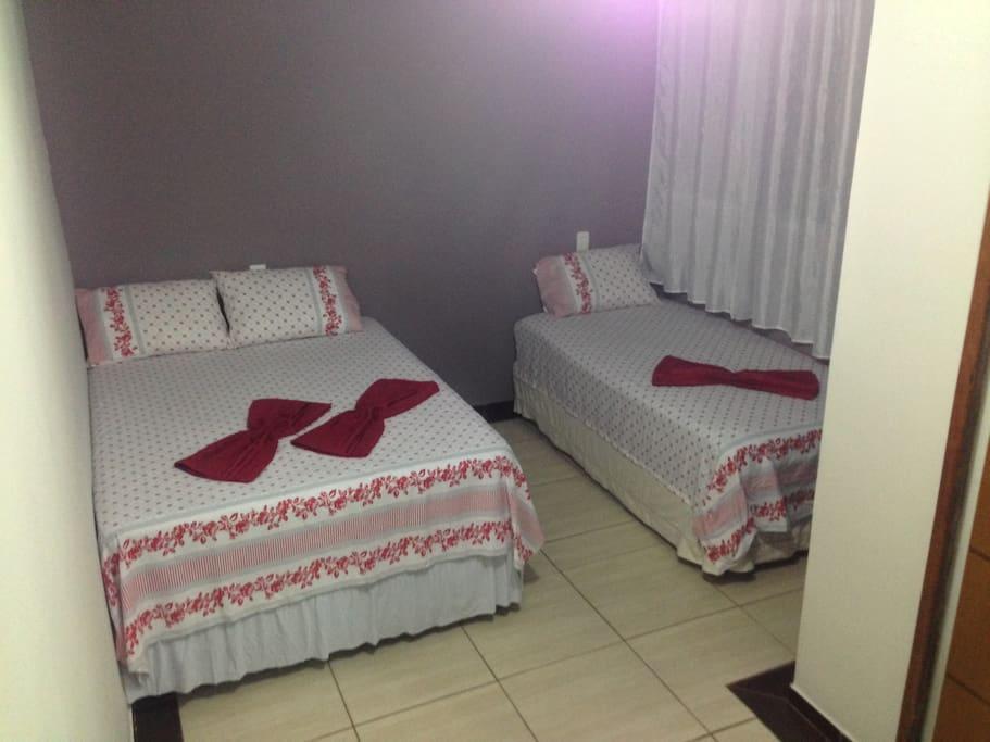 Quarto 1, uma casal com uma cama de solteiro. Porta corredeira e com chaves.