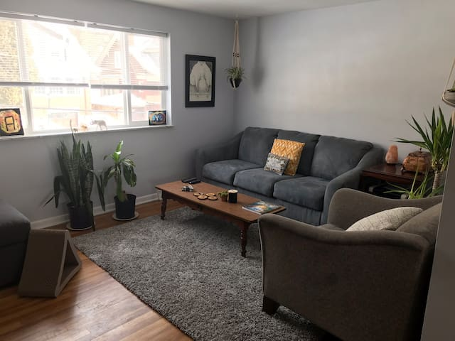 2nd floor Private Apartment 5 miles from the city