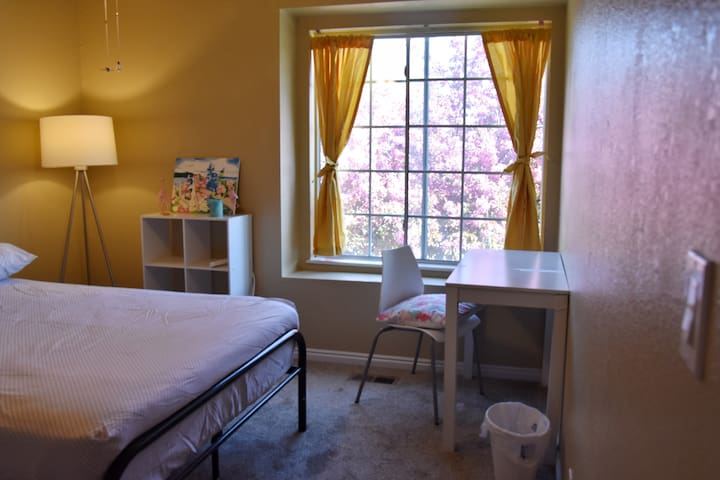 Private bed and bath in West Boise