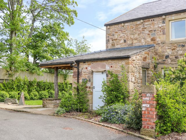 CRUMBLEHOLME, family friendly, with hot tub in Ribchester, Ref 925201