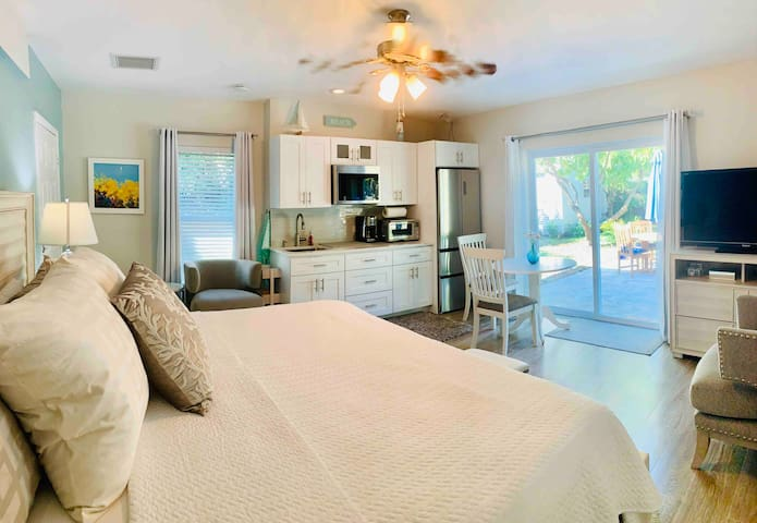"""NEWLY REMODELED VIBRANT professionally designed W/New stainless- steel high end appliances.Full equipped kitchen, cooking, baking conventional oven fits 12"""" pizza. Relax and enjoy the experience in your Spa type bathroom."""