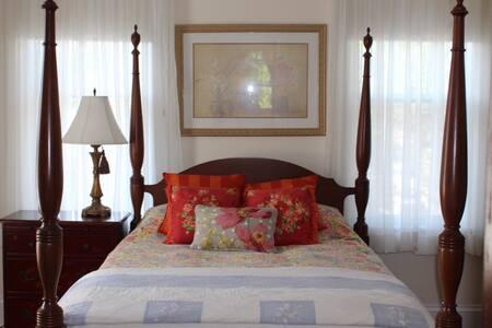 Cozy Private Norfolk Bedroom - Yellow Room