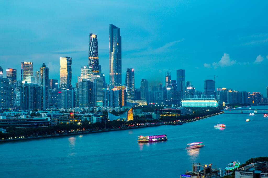主卧外景:繁华的珠江新城和来往穿梭的珠江游船
