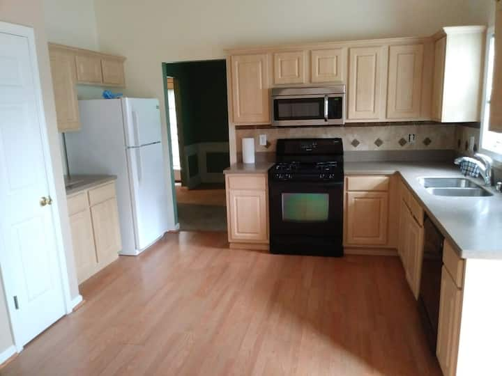 QUIET, CUTE, CLEAN REST SPOT 20 MIN FROM AIRPORT
