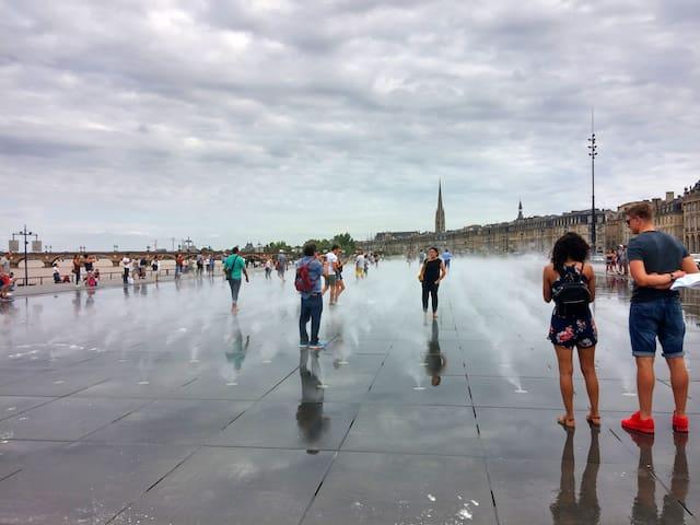 Le Miroir d'eau devant la place de la Bourse, devant la Garonne majestueuse.