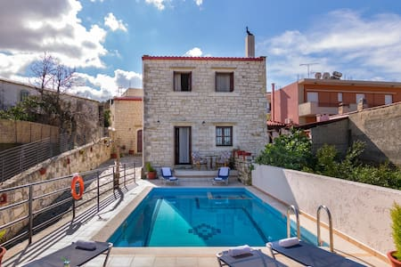 Villa for 12 persons, Kids pool,near tavern . - Skouloufia