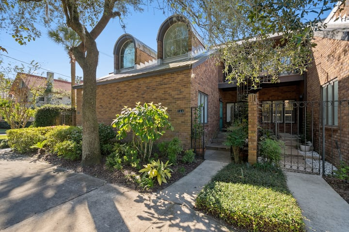 Chic, Clean, Centralized 2 bed & 2 bath Townhome