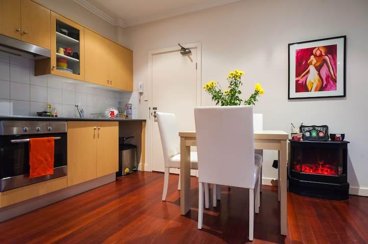 Large quiet studio with courtyard, A++ location! - Newtown - Apartment