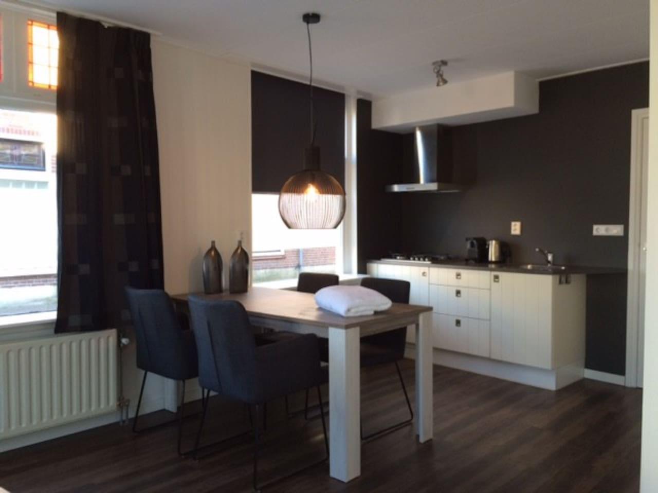 Kamer met eettafel en keuken