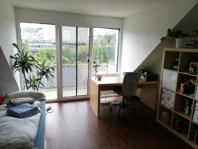 Helles Zimmer in moderner Zweier-WG mit Balkon