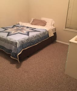 Private bed with private bathroom - Cedar Hill - Casa