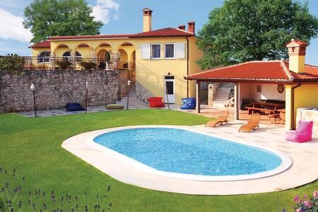 4 Bedrooms Home in Nedescina - Nedescina