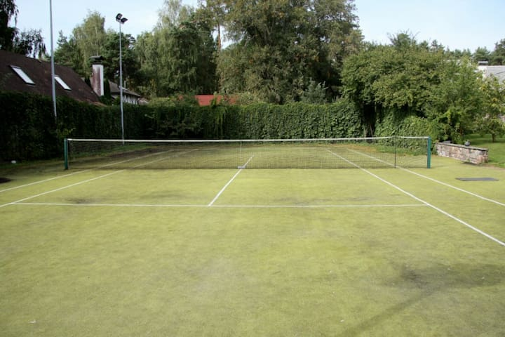 Supergrass tennis court
