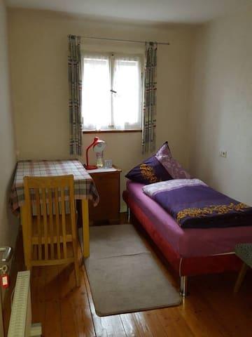 Einzelzimmer im Zentrum, 5 Gehminuten zum Outlet - Metzingen - Apartment