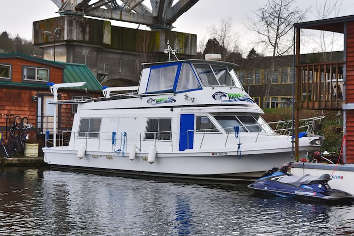 The Hawk's Nest Houseboat