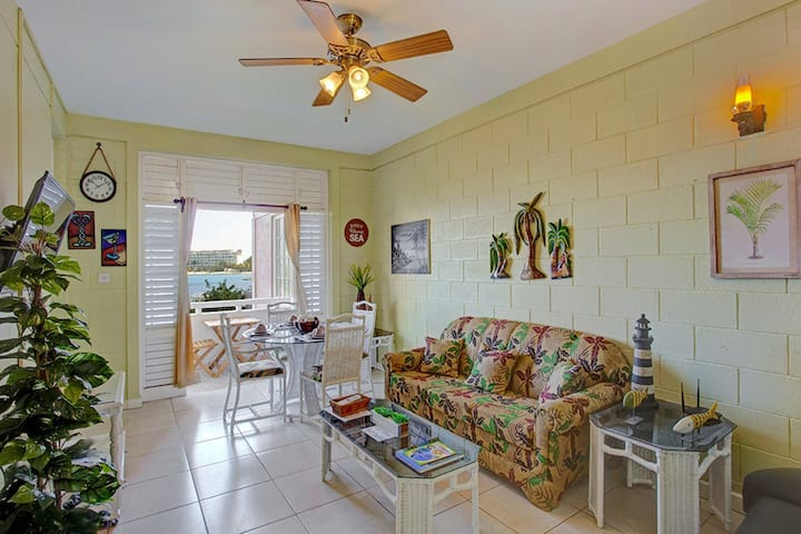 WALK TO BEACH, CENTRAL LOCATION, Bay View Balcony, Queen Bed, 1 Bdrm, (FP43)