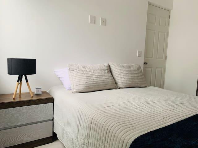 En una cama queen size amplia y muy cómoda podrás descansar plácidamente. El cuarto tiene bastante iluminación y la lámpara es simplemente  maravillosa.