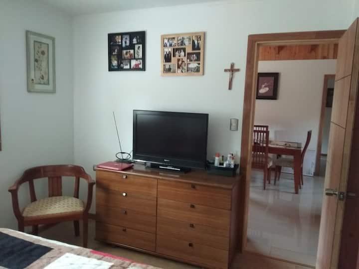 Habitacion con baño privado en casa de familia.