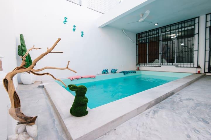 Casa c/ALBERCA PRIVADA climatizada excelente ubic.