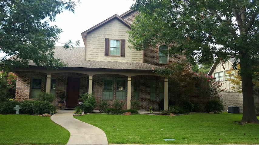 Comfortable 2-Story Home Walking Distance to UTD. - Richardson