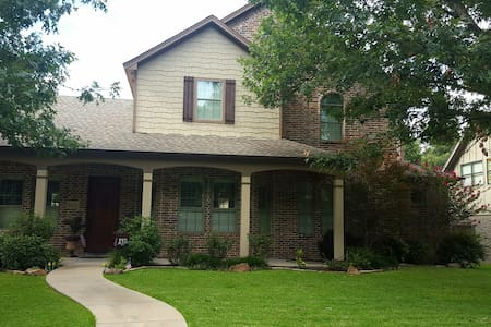 Comfortable 2-Story Home Walking Distance to UTD. - 理查森(Richardson)