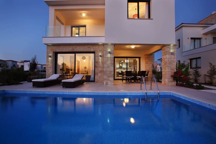 Golden villa 8/2.Luxury beach villa /private pool.
