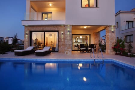 Golden villa 8. Luxury 3 bedroom seaside villa. - Chloraka