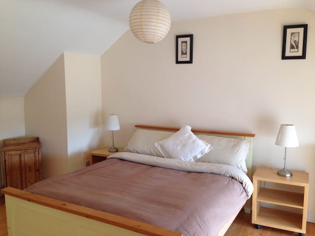 Spacious Bedroom close to Town Centre with Parking - Tuam - 獨棟