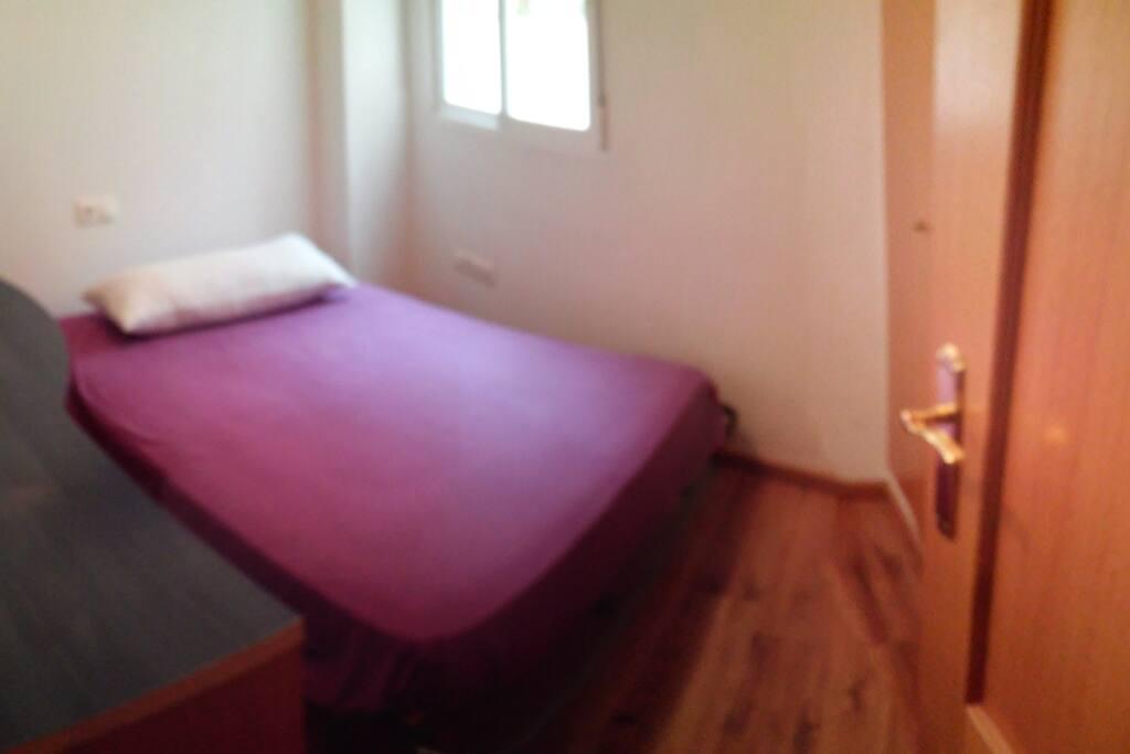 Habitación/room/chambre con cama de 135 cm de ancho, escritorio.