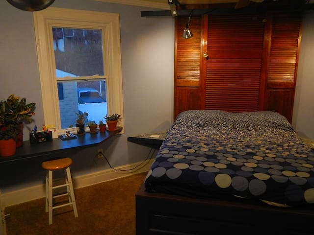Jazzy room on guest floor + kitchenette w/ Keurig - Pittsburgh - Hus