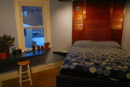 Jazzy room on your own floor + fridge & microwave - Pittsburgh - Casa
