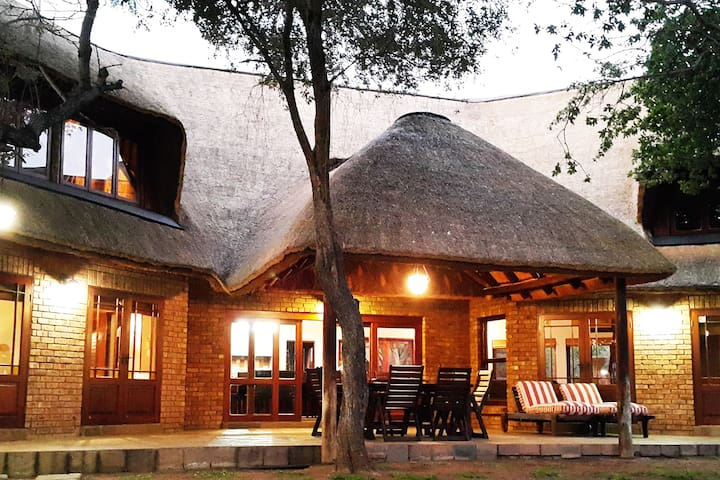 Beautiful thatched home in Private Nature Reserve - Bela-Bela - Casa
