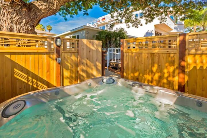 15% OFF to 10/15 - Beach Cottage, steps to Ocean with Deck + Shared Hot Tub!