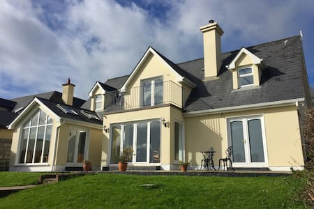 House in the heart of Kinsale with superb views - Кинсейл - Дом
