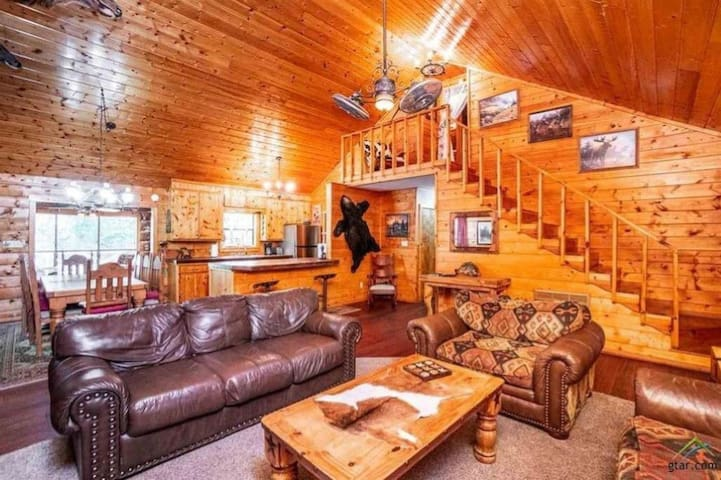 Beautiful 3/2 Luxury log cabin with bunkhouse