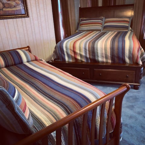 Hydeout Bed and Breakfast - Iva's room