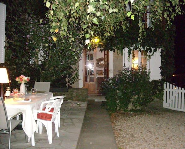 Les Vieilles Vignes  Chambres d'hôtes en Morvan - Bazoches - ที่พักพร้อมอาหารเช้า