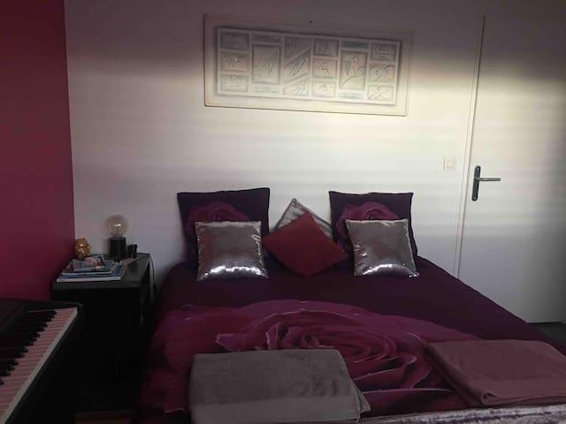 Lit mémoire de forme 160/200 Très bon confort  Chambre lumineuse